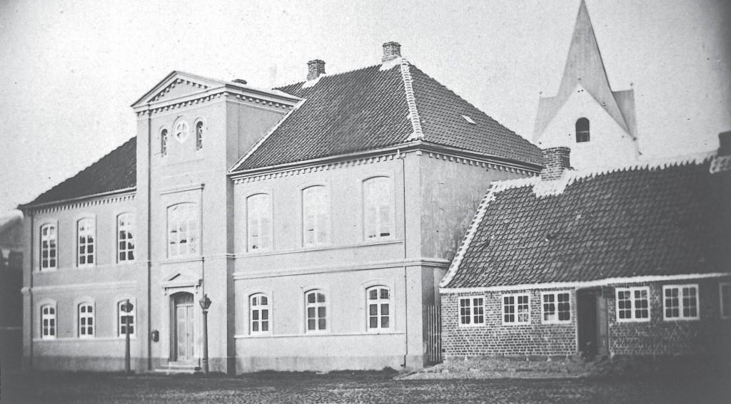 Det nuværende rådhus fotograferet før 1870.