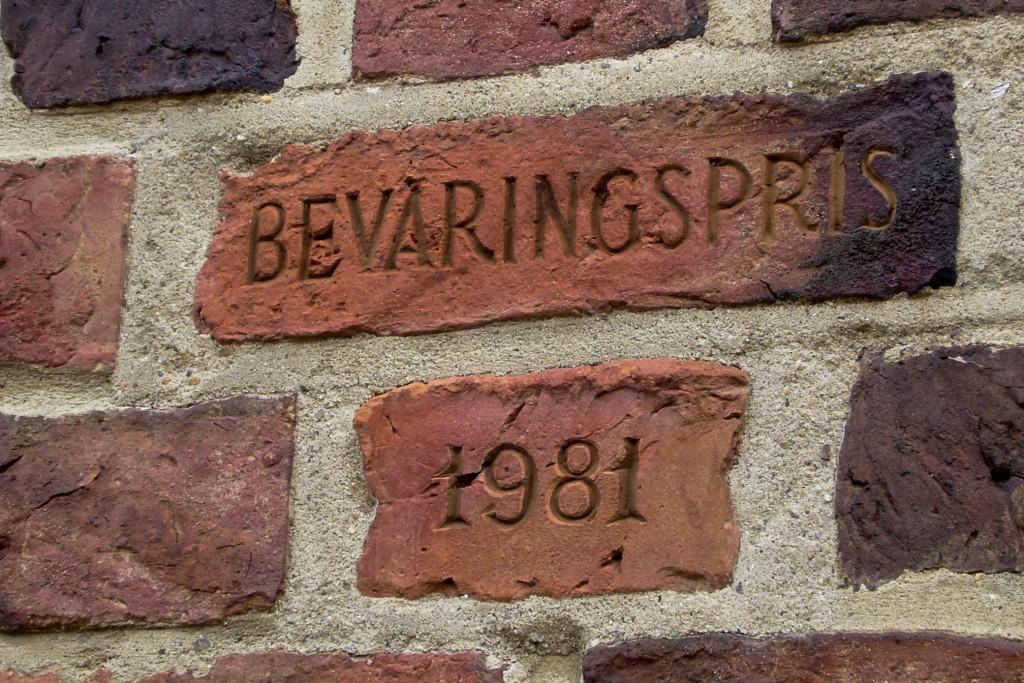 Beviset på den første bevaringspris er præget i mursten, men efterfølgende er teksten blevet graveret i en messingplade.