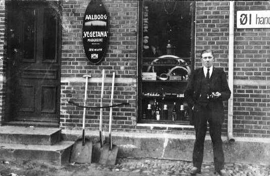 Min farfar foran farfars købmandsforretning i Troldhede