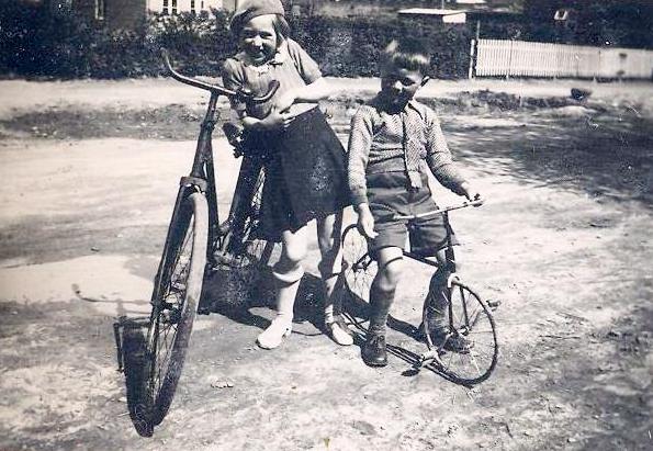 Min søster og mig med vores cykler