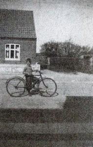 Her er jeg med en større cykel