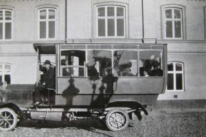 Hvordan en Daimler Kraftpostbus fra Königlich Bayerische Post endte som sommerhus i Søndervig...